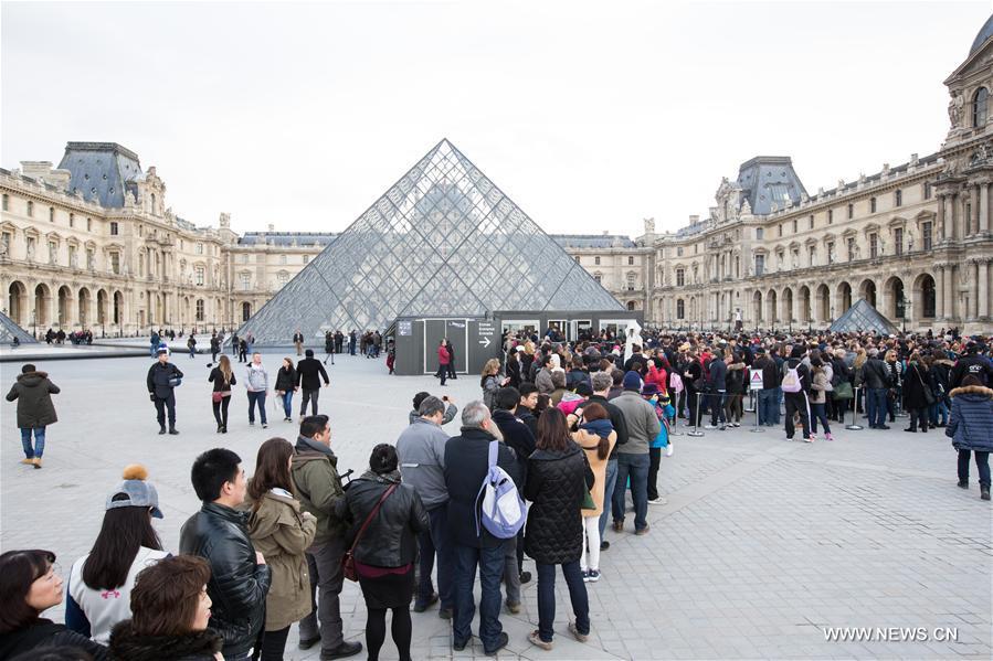 La tour eiffel et le mus e du louvre r ouvrent paris - Office du tourisme irlandaise a paris ...