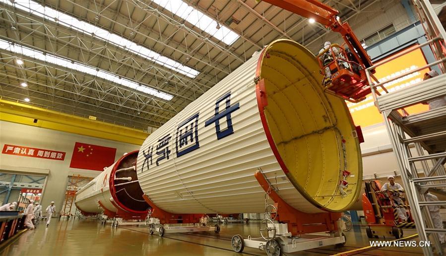 Chine : transport d'une fusée porteuse Longue Marche-5