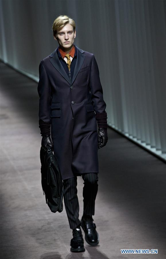 14330bfb64 Un mannequin présente une création de la collection homme automne/hiver  2016-2017 de Canali lors de la semaine de la mode masculine à Milan, en  Italie, le ...