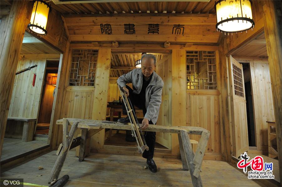 un charpentier chinois construit une maison en bois sans aucun clou. Black Bedroom Furniture Sets. Home Design Ideas