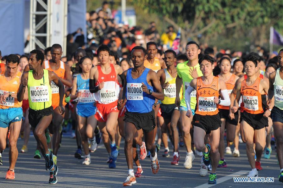 (体育)(1)田径——厦门国际马拉松赛鸣枪