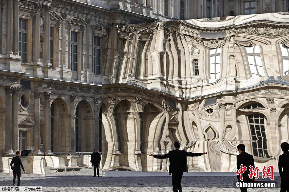 Le palais du louvre devant un miroir d formant for Miroir deformant