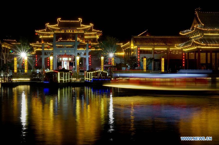 vue nocturne de la ville de kaifeng. Black Bedroom Furniture Sets. Home Design Ideas