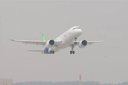 La Chine effectue le vol inaugural du C919, son premier avion de ligne gros  porteur