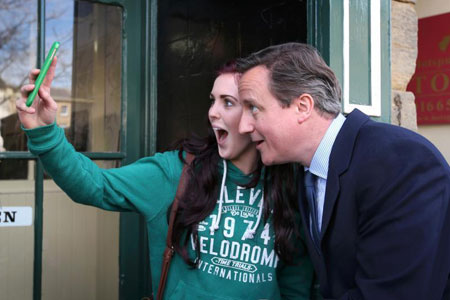Election de selfies! David Cameron pose pour des selfies