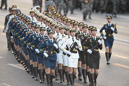 Journée de la Victoire : des gardes d'honneur femmes font leur première apparition  à l'occasion d'un défilé militaire