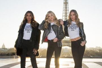 Des anges de Victoria's Secret posent devant la tour Eiffel