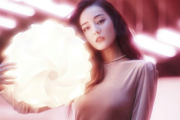 L'actrice chinoise Dilraba Dilmurat pose pour un magazine
