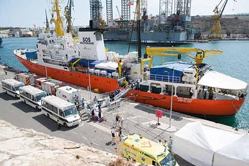 L'Aquarius accoste à Malte qui commence à traiter les 141 migrants à bord